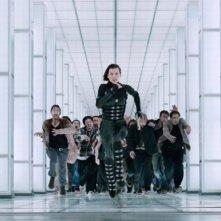 Resident Evil: Retribution, Milla Jovovich inseguita da un'orda di zombie in una scena del film