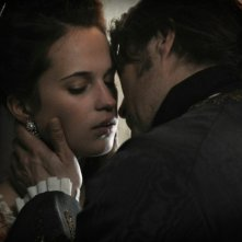 Alicia Vikander e Mads Mikkelsen in una scena di A Royal Affair