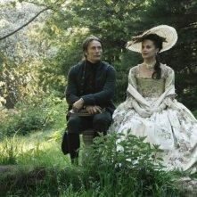 Alicia Vikander insieme a Mads Mikkelsen in una scena di A Royal Affair