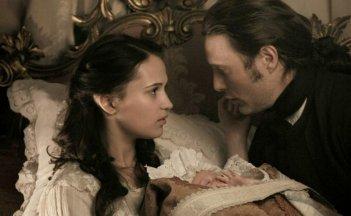 A Royal Affair: Alicia Vikander insieme a Mads Mikkelsen in una scena del film