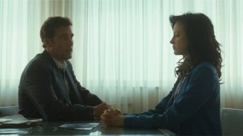Andrea Riseborough e Clive Owen in una scena del film Shadow Dancer
