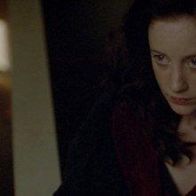 Andrea Riseborough in un'inquietante scena del thriller Shadow Dancer