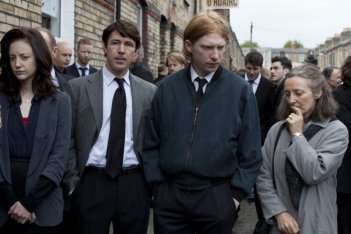 Andrea Riseborough in una scena del thriller Shadow Dancer insieme a Aidan Gillen, Domhnall Gleeson e Brid Brennan