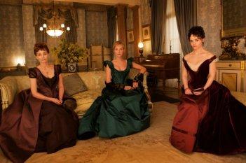Bel Ami: Christina Ricci, Kristin Scott Thomas e Uma Thurman posano per una foto promozionale