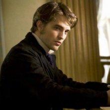 Bel Ami: Robert Pattinson in una scena del film diretto da Declan Donnellan e Nick Ormerod