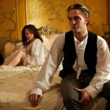 Bel Ami: Robert Pattinson in una scena del film insieme a Christina Ricci