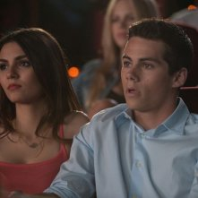 Dylan O'Brien e Victoria Justice al cinema in una scena di The First Time