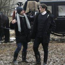 Il regista Nikolaj Arcel insieme a Mads Mikkelsen sul set di A Royal Affair