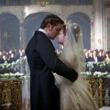 Robert Pattinson in una scena romantica di Bel Ami insieme a Holliday Grainger
