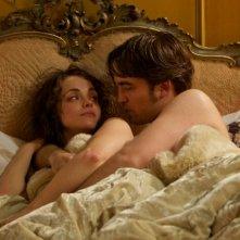 Robert Pattinson in una sensuale scena del film Bel Ami insieme a Christina Ricci