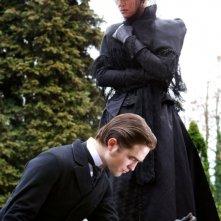 Robert Pattinson insieme ad Uma Thurman in una scena di Bel Ami