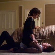 Gina Carano tiene sotto scacco Michael Fassbender in una scena di Knockout - Resa dei conti