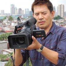 Il regista Brillante Mendoza sul set del suo Captive