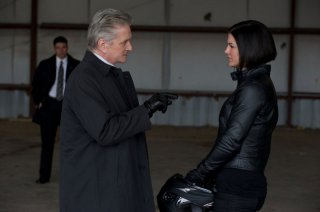 Michael Douglas insieme a Gina Carano in una scena di Knockout - Resa dei conti
