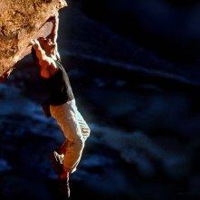 Tom Cruise appeso a una parete di roccia in Mission: Impossible II