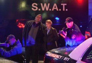 Jorge Garcia e Sarah Jones in una scena dell'episodio Cal Sweeney di Alcatraz