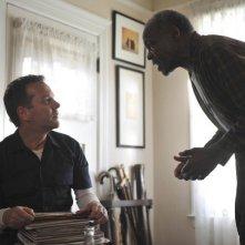 Kiefer Sutherland e Danny Glover in una scena del pilot di Touch