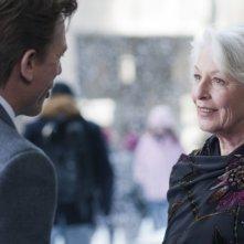 Jane Alexander e Daniel Craig sotto la neve in una scena del film Dream House