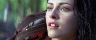 Kristen Stewart è una Biancaneve combattiva e malinconica in un primissimo piano di Biancaneve e il cacciatore