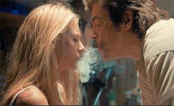 Benicio Del Toro soffia il fumo in faccia a Blake Lively in un'immagine di Le belve