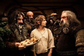 Bilbo circondato dai nani in Lo Hobbit - Un viaggio inaspettato