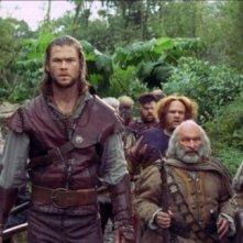 Chris Hemsworth circondato dai sette nani in una scena di Biancaneve e il cacciatore
