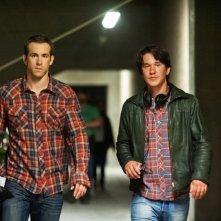 Ryan Reynolds sul set di Safe House - Nessuno è al sicuro insieme al regista Daniel Espinosa