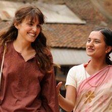 una sorridente Verónica Echegui in Katmandú, un espejo en el cielo
