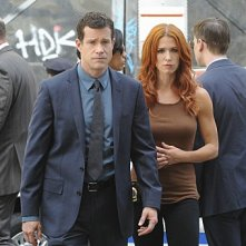 Unforgettable: Dylan Walsh e Poppy Montgomery in una scena dell'episodio Up In Flames