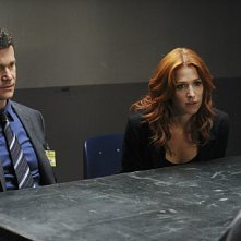 Unforgettable: Dylan Walsh e Poppy Montgomery nell'episodio Check Out Time