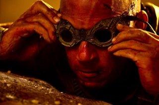 Un primissimo piano di Vin Diesel in versione occhialuta sul set di Riddick
