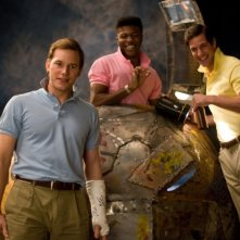 Chris Pratt in una scena della commedia Take Me Home Tonight con Edwin Hodge e Jay Jablonski