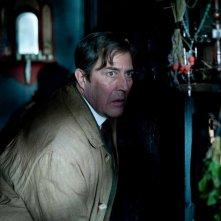 Ciarán Hinds in una scena del film The Woman in Black