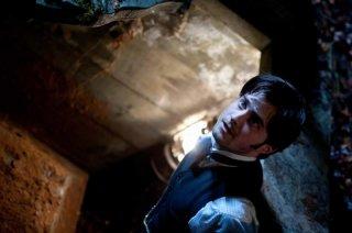 Daniel Radcliffe agguerrito in una scena del film The Woman in Black