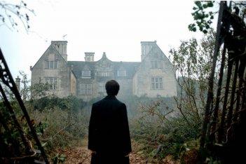 Daniel Radcliffe di spalle osserva la casa dei misteri in una scena di The Woman in Black