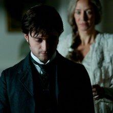 Daniel Radcliffe in una scena del film The Woman in Black, alle sue spalle Janet McTeer