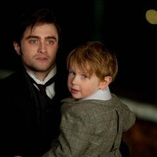 Daniel Radcliffe insieme al piccolo Misha Handley in una scena del film The Woman in Black