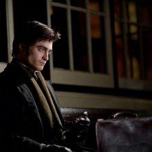 Daniel Radcliffe pensieroso nei panni del giovane avvocato Arthur Kipps in una scena di The Woman in Black