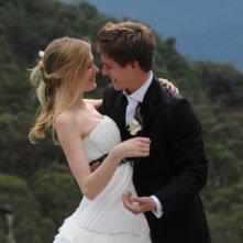 Gli sposi Laura Brent e Xavier Samuel sorridono felici dopo il sì in una scena di Tre uomini e una pecora
