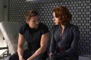 Jeremy Renner e Scarlett Johansson discutono in The Avengers