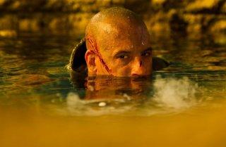 Vin Diesel immerso nell'acqua in una scena di Riddick