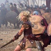 Wrath of the Titans: Rosamund Pike combatte nei panni di Andromeda in una scena del film