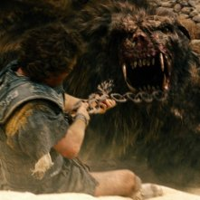 Wrath of the Titans: Sam Worthington alle prese con una bestia feroce in una scena del film