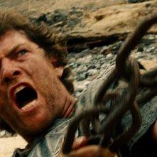 Wrath of the Titans: Sam Worthington durante la lotta con un gigantesco mostro in una scena del film
