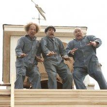 Sean Hayes, Will Sasso e Chris Diamantopoulos bloccati su un tetto in una scena di The Three Stooges