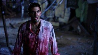 Eli Roth coperto di sangue in una drammatica immagine di Aftershock