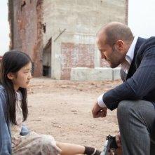 Jason Statham e la piccola Catherine Chan in una scena di Safe
