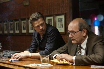 Brad Pitt discute con Richard Jenkins in una scena di Cogan's Trade