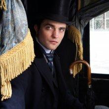 Robert Pattinson in una scena del dramma in costume Bel Ami