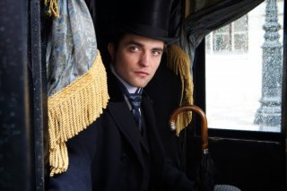 Robert Pattinson in una scena del dramma in costume Bel Ami